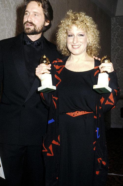 Bette Midler với 2 tượng quả cầu vàng.