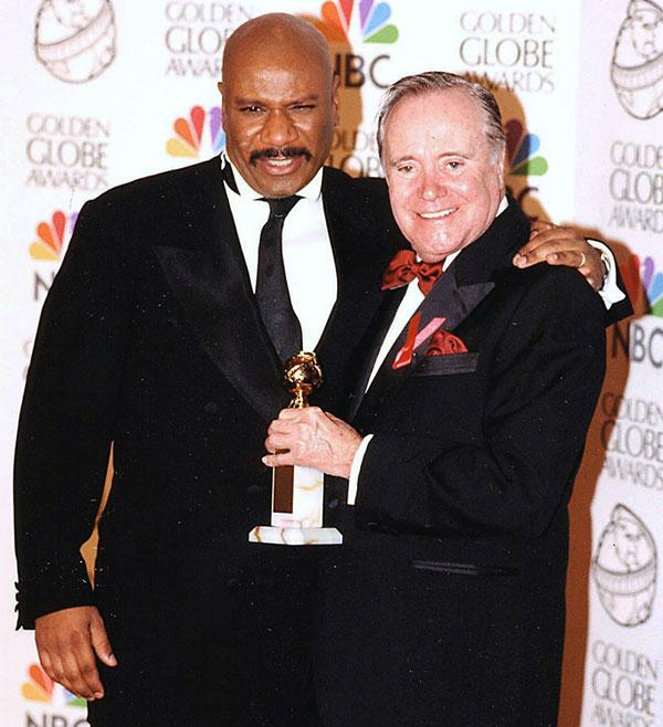 Ving Rhames (bên trái) tặng luôn tượng quả cầu vàng cho  Jack Lemmon.