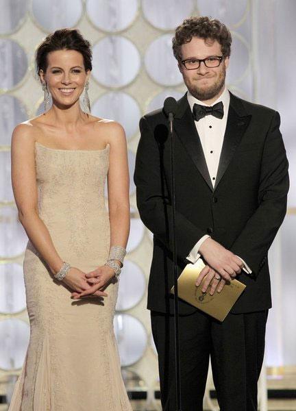 Seth Rogen lên trao giải cùng nữ diễn viên Kate Beckinsale.