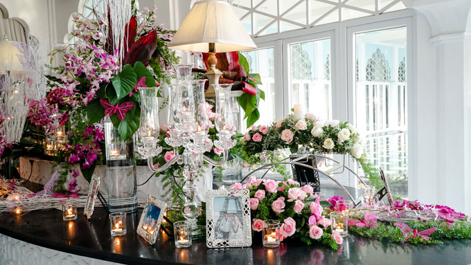 Khu vực đón khách đượcthiết kế như một không gian trưng bày các tác phẩm hoa nghệ thuật, điểm xuyết họa tính cánh bướm và ảnh cưới lãng mạn của hai vợ chồng tại châu Âu.