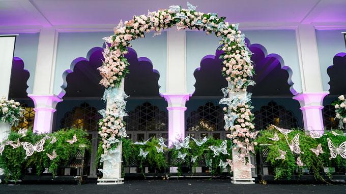Tone màu pastel nhẹ nhàng như xanh tiffany, tím khói, hồng nhạt được sử dụng đểthiết kế cho cổng hoa và khu chụp hình đón khách.