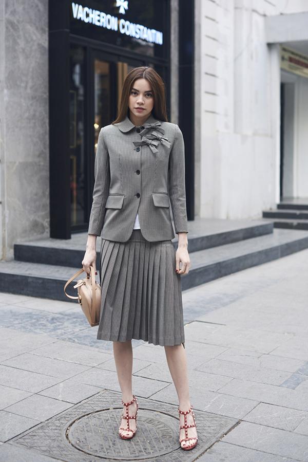 Cùng với suit và áo choàng dáng dài, bộ sưu tập này còn giới thiệu các kiểu vest kiểu cách kết hợp cùng chân váy xếp ly điệu đà.