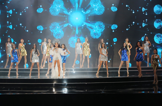 42 thí sinh xuất hiện trên sân khấu và thể hiện vũ đạo gợi cảm trên nền nhạc sôi động.
