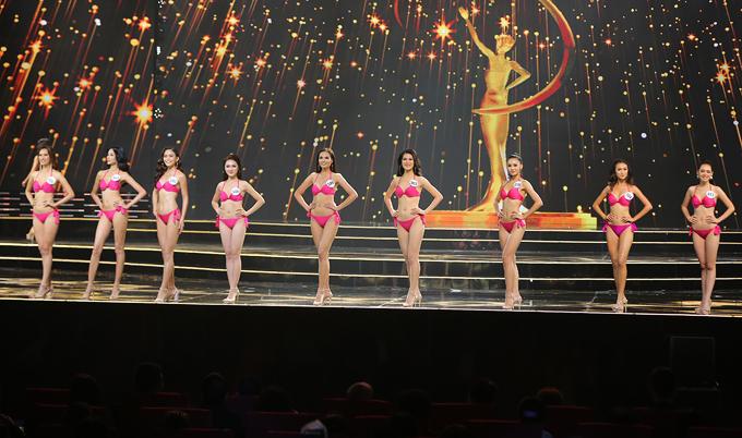 Các thí sinh khoe body nóng bỏng trong phần thi bikini.