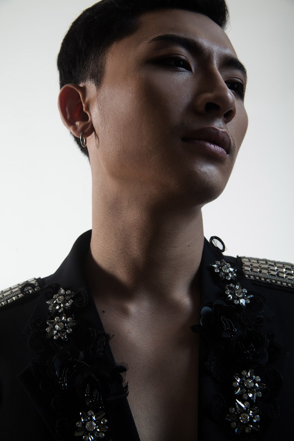 Trong phim điện ảnh Đời cho ta bao lần đôi mươi, Trần Trung xuất hiện đạo mạo, chỉn chu khiến Quỳnh Anh Shyn mê mẩn. Ngoài đời anh ăn mặc đơn giản, ngẫu hứng.