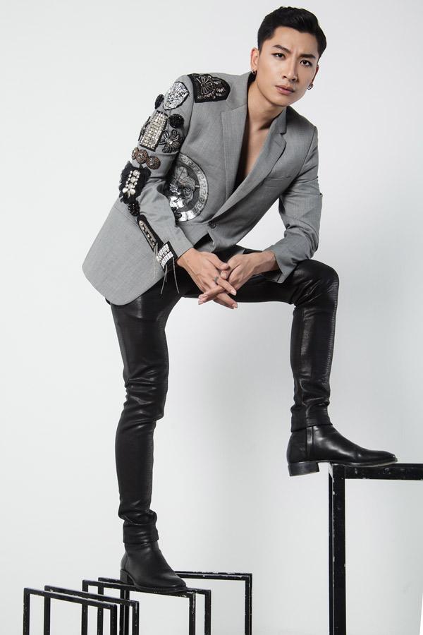 Chàng người mẫu có gu thời trang cá tính. Anh thích diện vest họa tiết nổi, hòa trộn cả hai phong cách thanh lịch và ấn tượng.