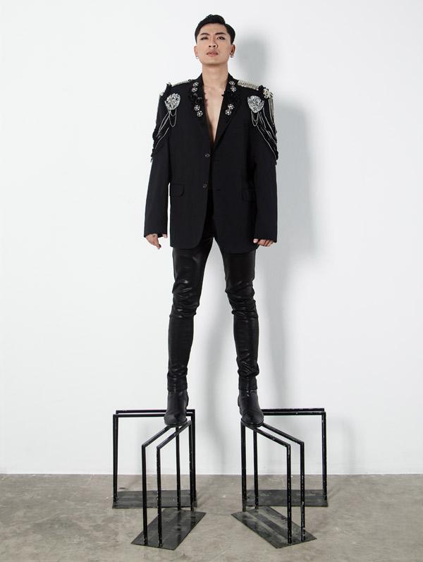 Trần Trung khoe nét cá tính khi diện vest họa tiết nổi - 3