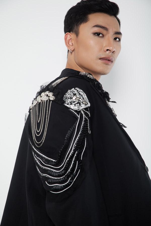 Các chi tiết trên áo vest được đính kết cầu kỳ, tạo điểm nhấn thú vị.