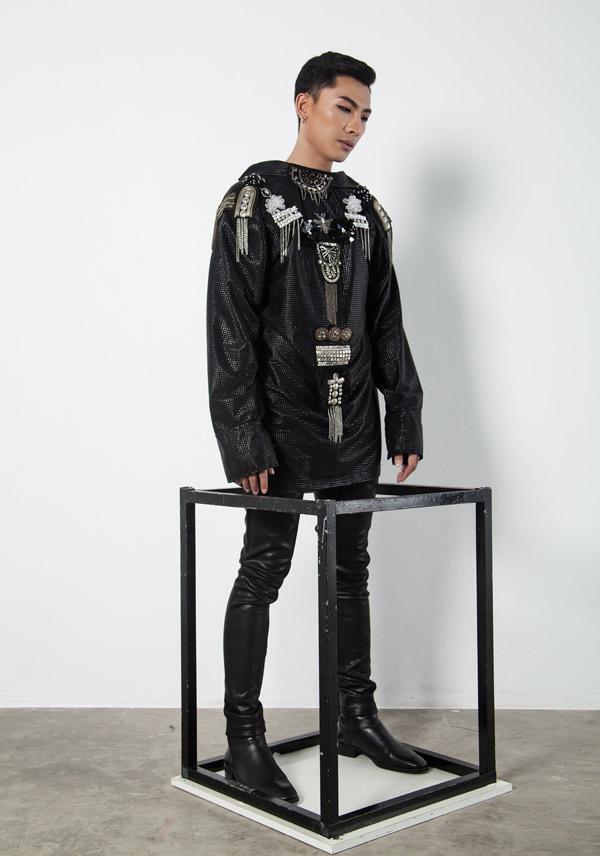 Ở một số thiết kế, phần lưng áo cũng được chăm chút ấn tượng. Bộ ảnh do giám đốc sáng tạo Đỗ Kim Khánh, chuyên gia trang điểm Nguyen JV hỗ trợ thực hiện.