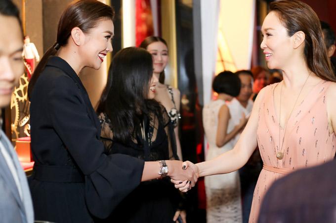 Diễn viên Phạm Văn Phương cùng ông xã Lý Minh Thuận là khách mời đặc biệt trong sự kiện ở Việt Nam. Thanh Hằng vui vẻ bắt tay ngôi sao nổi tiếng của châu Á.