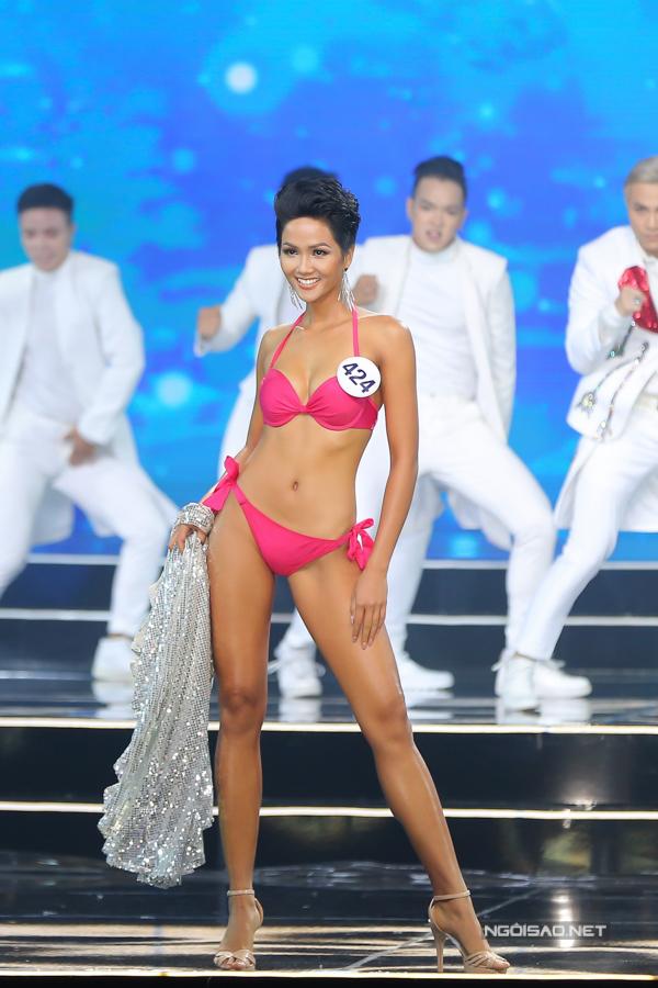 Tân Hoa hậu HHen Nie cuốn hút trong từng bước catwalk. Cô sở hữu chiều cao 172cm, nặng 52kg và cósố đo ba vòng 84-60-93.