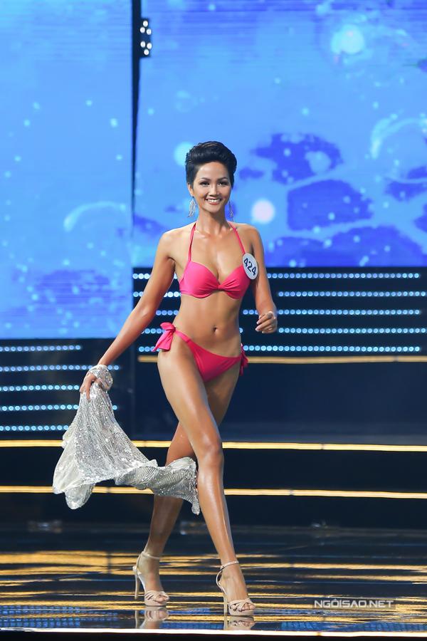 Trong đêm chung kết Hoa hậu Hoàn vũ Việt Nam 2017 tối 6/1 tại Nha Trang, phần thi bikini luôn được khán giả quan tâm nhất bởi đây là dịp để các cô gái phô diễn hình thể gợi cảm với trang phục hai mảnh. Ở phần thi này, chỉ có top 15 thí sinh xuất sắc được tham gia trình diễn.