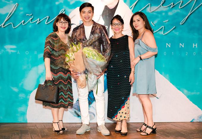Người nhà của nhạc sĩ Trịnh Công Sơn tới tặng hoa cho Lân Nhã.