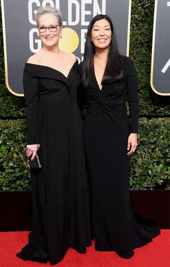 Minh tinh Meryl Streep đến thảm đỏ Quả cầu vàng ở Los Angeles cùng Ai-jen Poo - giám đốc của tổ chức National Domestic Workers Alliance. Meryl cùng hàng trăm ngôi sao chọn đồ màu đen theo lời kêu gọi của liên minh chống lạm dụng tình dục ở Hollywood. Năm nay, cô được đề cử Nữ diễn viên chính xuất sắc phim tâm lý với vai diễn trong phim The Post.