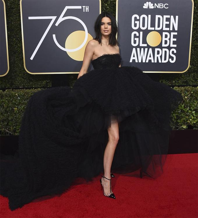 Siêu mẫu Kendall Jenner gây ấn tượng trên thảm đỏ với bộ đầm đen bồng bềnh, gợi cảm.