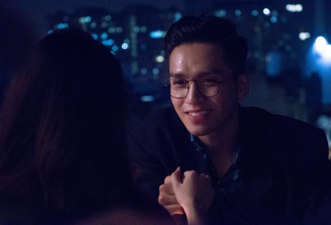 Nam ca sĩ có màn cầu hôn lãng mạn trong MV.