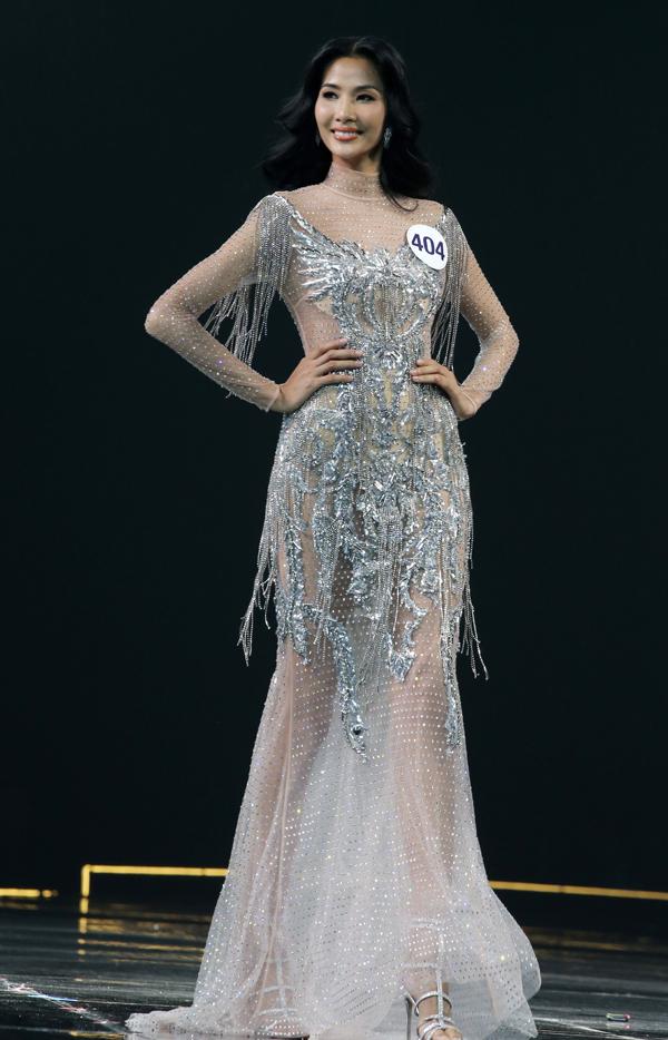 Á hậu 1 Hoàng Thùy tỏa sáng trên sân khấu đêm chung kết Hoa hậu Hoàn vũ VN 2017 với váy dạ hội được trang trí tua rua, đá trắng cầu kỳ của nhà thiết kế Chung Thanh Phong.