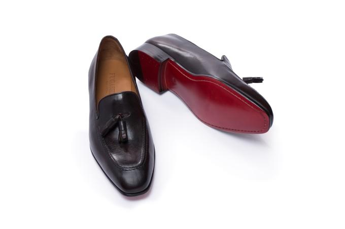 Kiểu giày loafer Fugashin phom cứng có quả tua trang trí phù hợp với trang phục dự tiệc. Phái mạnh có thể kết đôi với những bộ suit màu sắc nổi bật, thời trang. Thiết kế trẻ trung của giày loafer có quả tua phù hợp với nhiều độ tuổi.