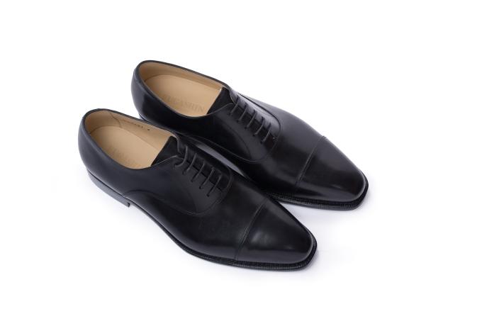 Giày Oxford bắt nguồn từ Scotland và Ireland, được lăng xê qua phong cách lịch lãm của người Anh và gắn liền với những bộ trang phục như suit, tuxedo. Giày Oxford của Fugashin màu đen tương thích với nhiều màu sắc trang phục. Phái mạnh có thể kết hợp cùng tất cao cổ tối màu nếu tham gia buổi tiệc trang trọng mang tính chất công việc, gặp gỡ đối tác, hoặc tất cao cổ có họa tiết cho những bữa tiệc giao lưu. Ngoài ra, tất thấp cổ hoặc màu trắng là cấm kỵ với kiểu giày này.