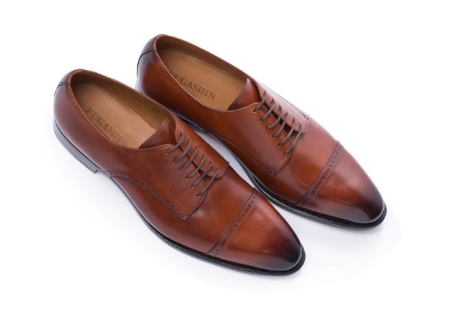 Có thiết kế khá giống với giày Oxford, những đôi giày Derby từ thương hiệu Fugashin có thể kết hợp với kiểu trang phục thoải mái hơn như suit không đồng bộ, quần kaki hay jeans. Giày Derby có thể phối cùng trang phục đi làm, dự tiệc hoặc đi chơi. Phần xỏ dây buộc của giày là hai miếng rời, mang đến sự thoải mái, năng động cho người dùng.