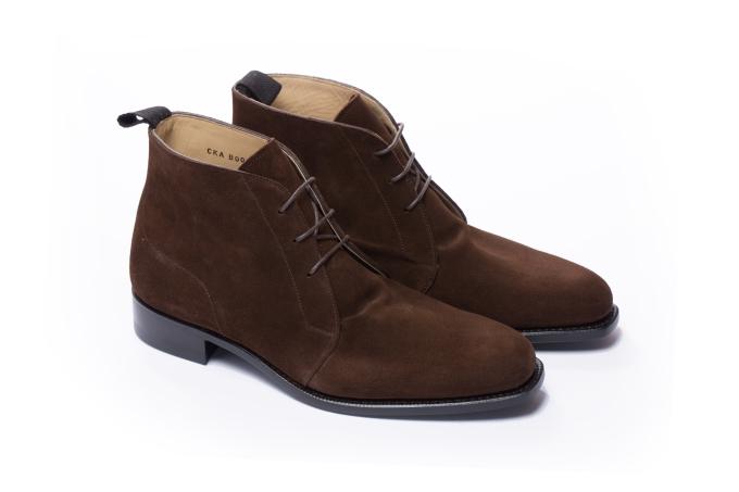Chukka boots sử dụng chất liệu da lộn buộc dây, mang đến sự êm ái. Đây là lựa chọn thuần túy cho phong cách thường ngày, không phù hợp với trang phục lịch sự và những buổi tiệc trang trọng, do vậy, phái mạnh có thể phối Chukka boots Fugashin cùng quần jeans. Kiểu giày này nên tránh mang trong những ngày mưa bởi sự ẩm ướt bởi nó ảnh hưởng đến độ bền và tính thẩm mỹ của chất liệu da lộn.