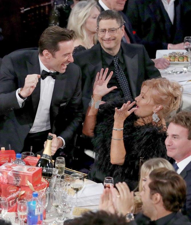 Tài tử Hugh Jackman có thể buồn lòng khi bị tuột mất giải thưởng Nam diễn viên chính xuất sắc phim hài/ca nhạc, tuy nhiên anh vẫn phấn khích chia sẻ niềm vui chiến thắng với bà xã và các đồng nghiệp khi bộ phim The Greatest Showman được xướng tên ở hạng mục Ca khúc hay nhất trong phim điện ảnh.