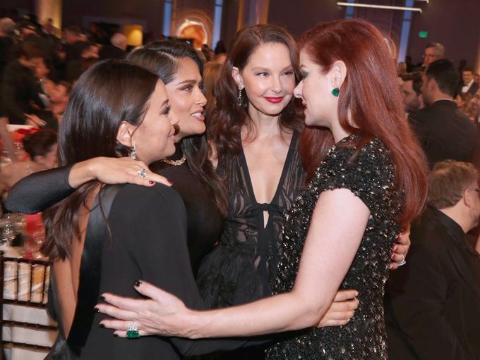 Ống kính của các phóng viên ở Hollywood cũng ghi lại những khoảnh khắc đẹp về tình bạn của các ngôi sao. Eva Longoria, Salma Hayek, Ashley Judd và Debra Messing ôm nhau khi hội ngộ tại lễ trao giải.