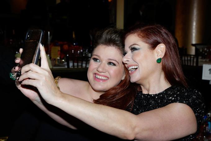 Ca sĩ Kelly Clarkson và nữ diễn viênDebra Messing tíu tít chụp ảnh selfie.