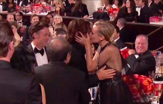 Nữ diễn viên người Đức Diane Kruger và tài tử Norman Reedus trao nhau nụ hôn say đắm khi bộ phim In the Fade của Diane được xướng tên là Phim nói tiếng nước ngoài xuất sắc.