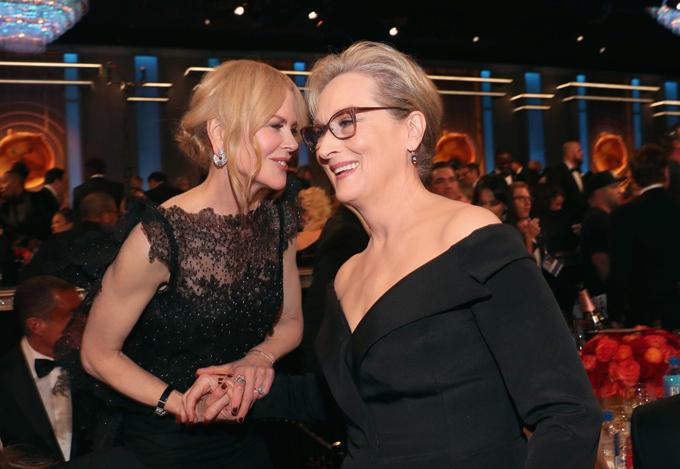 Nicole Kidman tay nắm chặt tay minh tinh Meryl Streep.