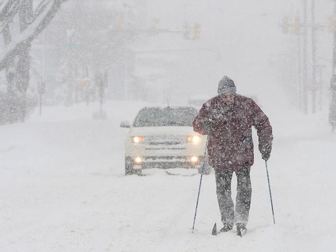 Nhiều nơi ở Bắc Mỹ, tuyết rơi dày. Do đó, nhiều người nảy ra ý định trượt tuyết ngay trên đường phố, thay vì phải đi xa như trước đây.