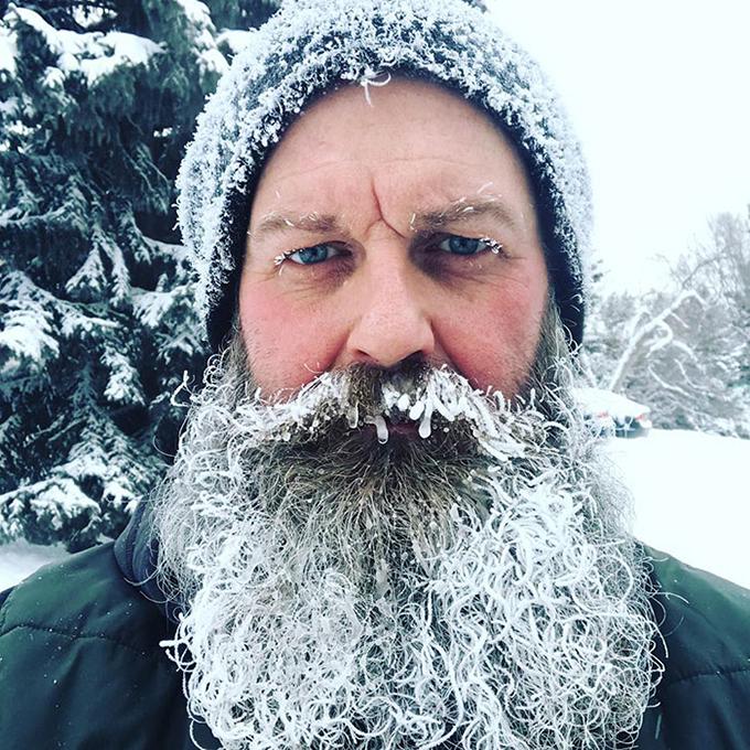 Chỉ cần đi lâu dưới ngoài trời, râu tóc, mi mắt của bạn cũng có thể hoá đá, khiến bạn trở thành ông già tuyết bất đắc dĩ.