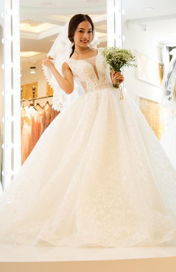 Lưu Ngọc Duyên lộng lẫy trong bộ soiree cưới. Cô rất hào hứng khi có dịp hóa thân cô dâu của quán quân Gương mặt thân quen 2016.