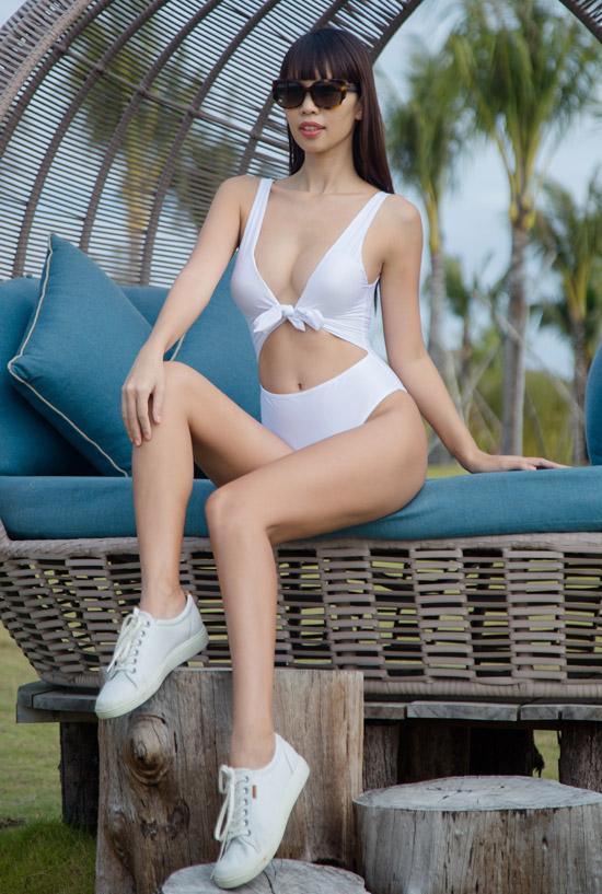 Mặc dù chuẩn bị làm mẹ nhưng Hà Anh vẫn tích cực làm việckhi thực hiện bộ ảnh với áo tắm trên bờ biển. Chân dài tiết lộ, cô sẽ ra mắt bộ sưu tập bikini do chính mình thiết kế trong mùa hè năm nay. Từ lâu, hình ảnh của cô đã gắn liền với vẻ nóng bỏng cùng trang phục mát mẻ này.