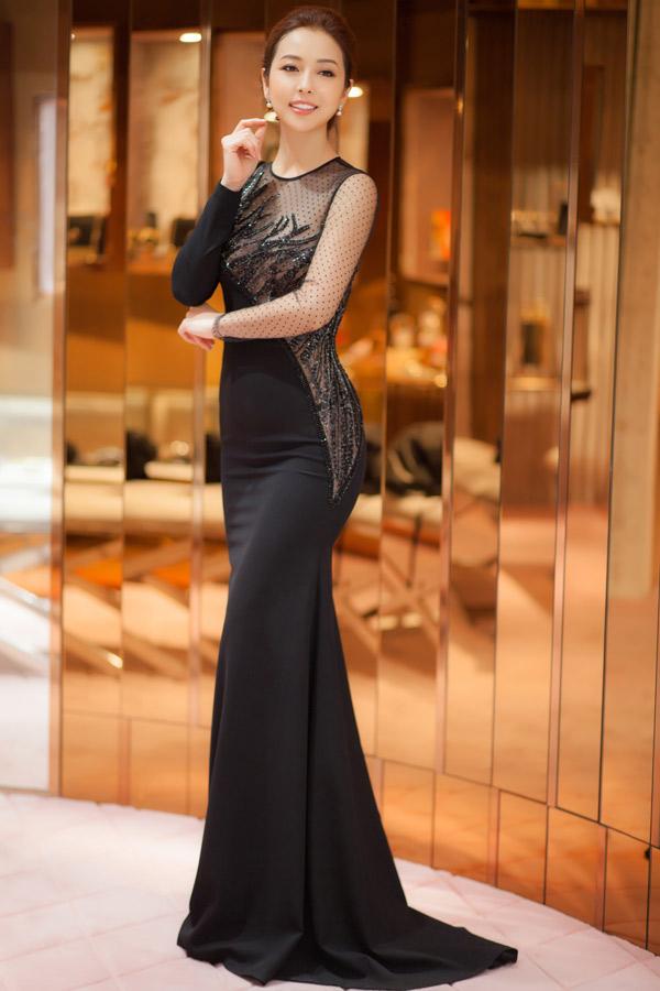 Hội ngộ các mỹ nhân nổi tiếng trongsự kiện tổ chức tại TP HCM, hoa hậu Jennifer Phạm khoe vẻ đẹp quyến rũ với váy dạ hội cut out được Hà Duy xử lý chất liệu tinh tế.