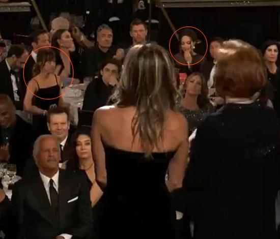Khoảnh khắc Angelina Jolie cúi mặt, né tránh nhìn Jennifer Aniston khi ngồi cùng phòng