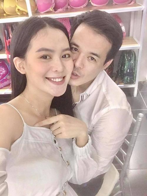 Khoảnh khắc tình cảm của Lê Sang và chồng.