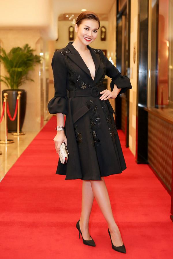 Siêu mẫu Thanh Hằng giúp mình trở thành tâm điểm của sự kiện nhờ mẫu váy vest với phần cổ xẻ ngực sâu gợi cảm.