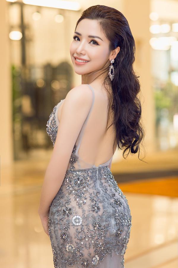 Á hậu biển Việt Nam 2016 Khánh Phương khoe trọn lưng trần trong bộ váy xuyên thấu của nhà thiết kế Đức Vincie. Cô sẽ đồng hành, hỗ trợ các thí sinh dự thi Hoa hậu biển Việt Nam toàn cầu 2018.