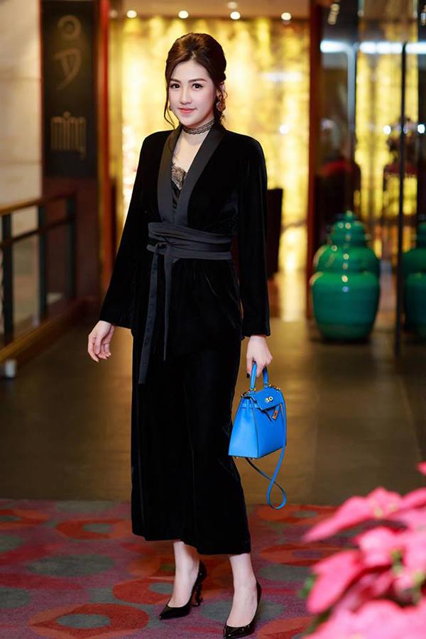 Vẫn sử dụng nhung đen cho trang phục tham gia sự kiện, Dương Tú Anh làm mới phong cách bằng việc diện váy vạt quấn được lấy ý tưởng từ các mẫu áo choàng, áo ngủ.