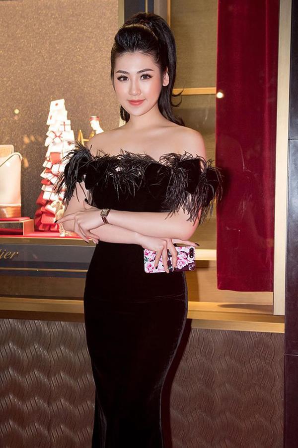Á hậu VN 2012 Dương Tú Anh khoe đường cong gợi cảm với thiết kế váy khoe vai trần. Các chất liệu thịnh hành của mùa đông như vải nhung và lông vũ được phối hợp nhịp nhàng cùng nhau để mang tới bộ cánh quyến rũ.