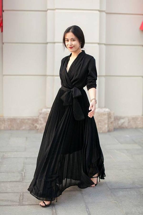 Đầu năm 2018, nhiều người đẹp nổi tiếng của làng giải trí Việt đồng loạt chọn phong cách all black để sử dụng. Trong đó, Hoàng Thuỳ Linh ưu tiên các kiểu váy dập ly vạt quấn, áo trang trí dây rút trên chất liệu vải mỏng manh.