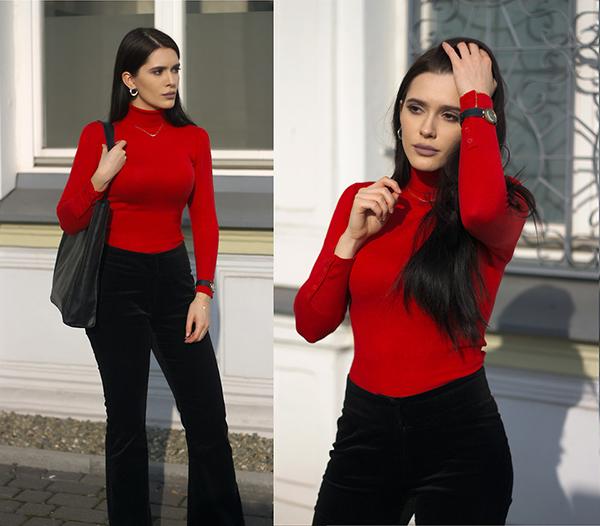 Quần nhung đen ống loe đi cùng áo cổ lọ tông đỏ tươi sẽ là cặp đôi hoàn hảo giúp các bạn gái khoe vẻ đẹp gợi cảm của hình thể.