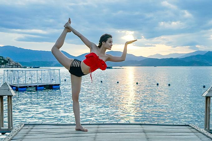 Phương Trinh Jolie vừa tự thưởng cho mình chuyến du lịch Phú Quốc. Cô ở tại một resort nổi tiếng. Tại đây, Phương Trinh vẫn tranh thủ tập yoga.