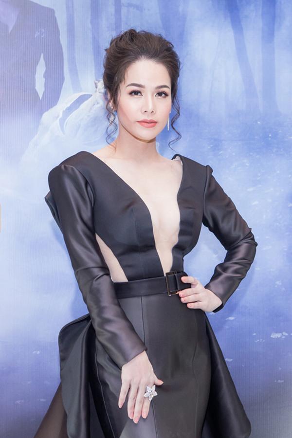 Tông đen được sao Việt ưa chuộng và sử dụng với nhiều phong cách khác nhau từ thời trang thảm đỏ cho đến street style. Nhật Kim Anh cũng thể hiện tinh thần ăn mặc hợp mốt với váy dạ hội tạo khối cầu kỳ.
