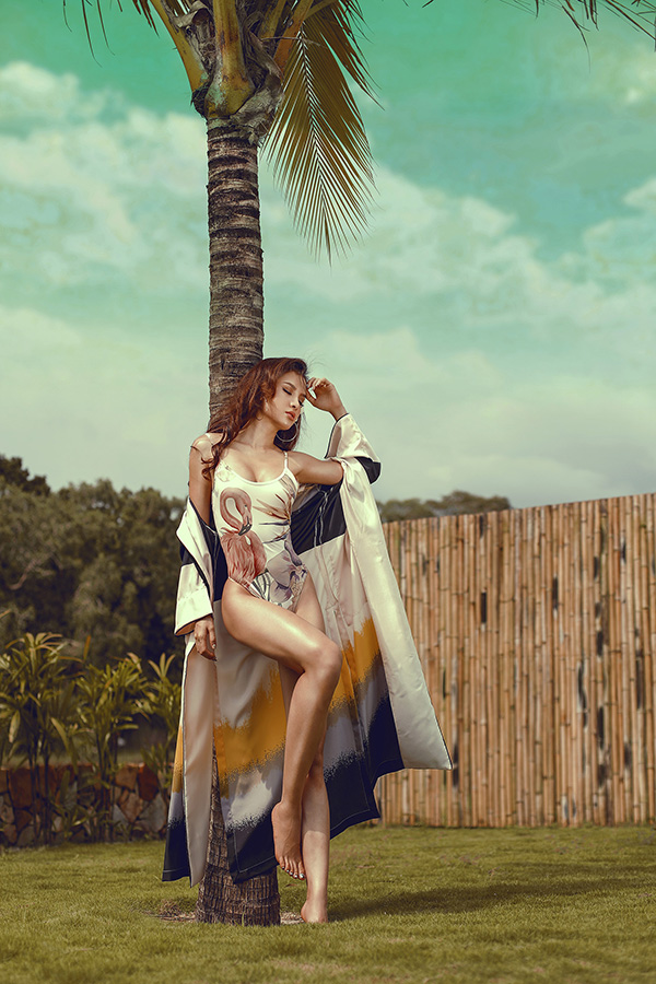 Trong chuyến đi, Phương Trinh còn thực hiện loạt ảnh nóng bỏng với áo tắm. Cô phô trọn đường cong gợi cảm không thua gì người mẫu.