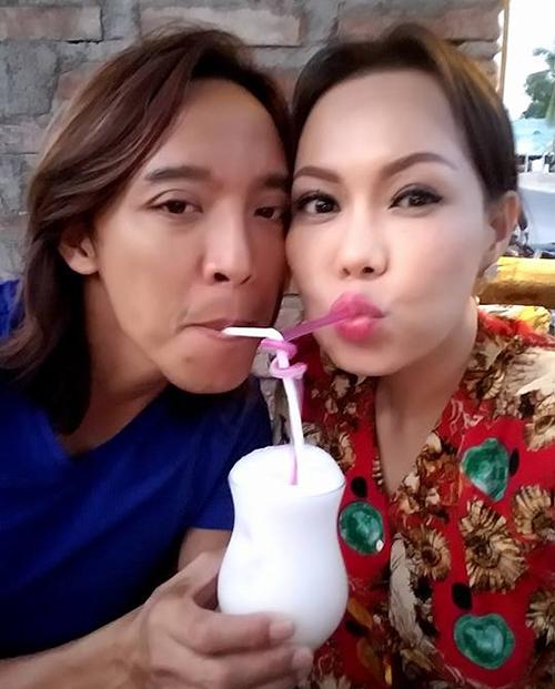 Hai vợ chồng Việt Hương tình tứ uống chung một ly sinh tố.