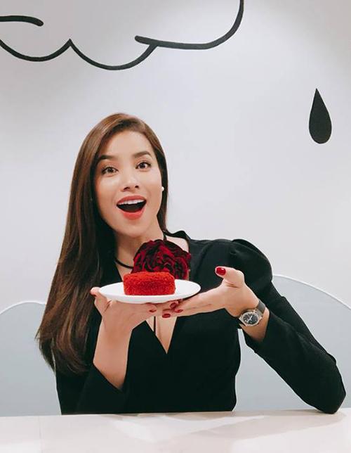 Phạm Hương phấn khởi khi nhìn thấy món bánh yêu thích.