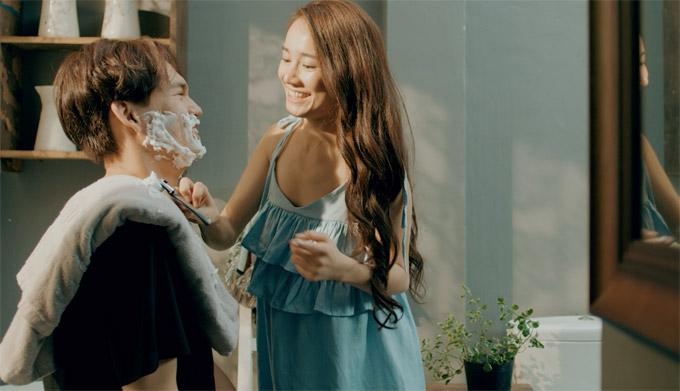 Nói về những cảnh ôm hôn ngọt ngào với Trung Quân trong MV mới, Nhã Phương cho biết, cả hai không gặp khó khăn bởi ở ngoài đời, họ là bạn thân đã nhiều năm, hiểu rất rõ tính cách của nhau. Hơn nữa, Trường Giang - bạn trai của nữ diễn viên cũng không hề ghen tuông với công việc của cô.