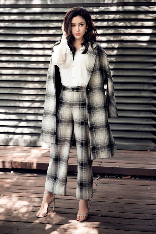 Ngoài plaid blazer, họa tiết kẻ sọc ca rô còn được sử dụng để mang đến các mẫu suit thanh lịch và hiện đại.